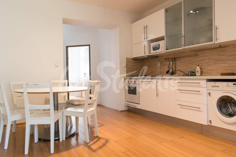 One bedroom available in a three bedroom apartment in Žižkov (file 9b72777f-1233-4c61-9d3e-c3f62a28d78c.jpg)